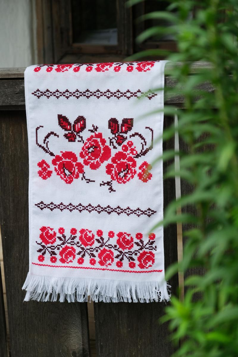фото весільного рушника з червоною вишивкою